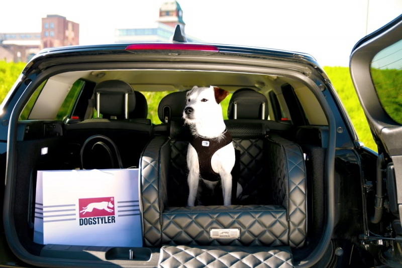 """The new colour """"Black Sapphire"""" of the DOGSTYLER® for the back seat EXCELSIOR - A real classic!"""